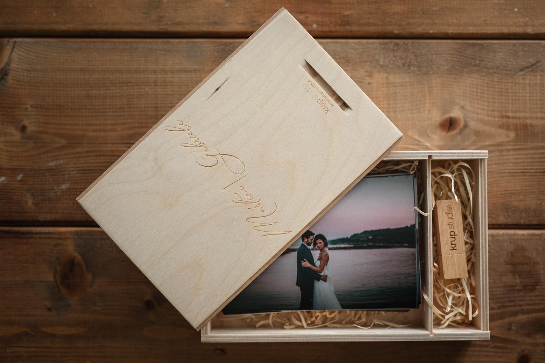 scatola artigianale e packaging in legno per matrimonio con fotografie