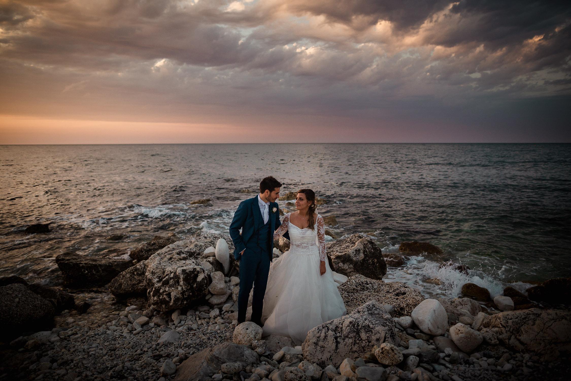 Ritratto al mare degli sposi al tramonto a portonovo e riviera del conero